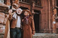 Härliga höga par som tar fotoet med smartphonen royaltyfria bilder