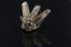 Härliga halv-dyrbara stenqurzkristaller på en svart bakgrund Royaltyfri Bild