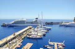 Härliga hamnar med många yachter i Monaco och trädgårdar som är fulla av blommor royaltyfri foto