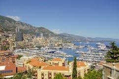 Härliga hamnar med många yachter i Monaco och trädgårdar som är fulla av blommor arkivfoto