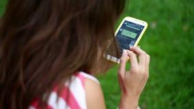 Härliga handstilsms för ung kvinna på smartphoneslut upp arkivfilmer