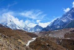 Härliga Himalayan berg som täckas med moln på vägen till Royaltyfri Foto