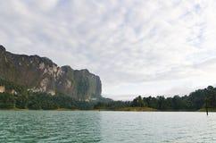Härliga himmelberg och flod Arkivbild