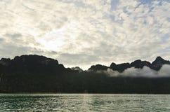 Härliga himmelberg och flod Royaltyfri Foto