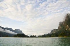 Härliga himmelberg och flod Royaltyfri Bild
