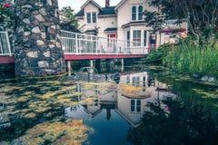Härliga historiska hemdetaljer och naturdamm med reflexion Royaltyfria Foton