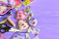 Härliga hjärtor och blommakeyring Hemlagad filt och tygkeyring- eller påseberlock Organisatör med plast- blommor, sax royaltyfria bilder
