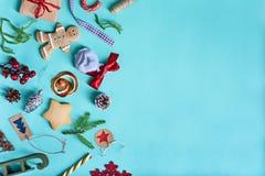 Härliga holdiay garneringar, julgran, gåvor, gingerb Fotografering för Bildbyråer