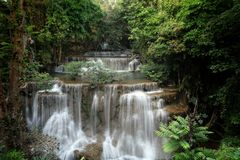 Härliga Huai Mae Khamin Waterfall på Kanchanaburi thailand Rainforesten royaltyfri fotografi