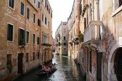 Härliga hus på båda sidor på Venedig, Italien September 5, 2017 fotografering för bildbyråer
