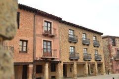 Härliga hus på den huvudsakliga fyrkanten med välvda Soportals i byn av Medinaceli Arkitektur historia, lopp fotografering för bildbyråer
