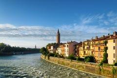Härliga hus på strand av den Adige floden, Verona Arkivfoton