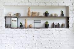 Härliga hyllor med dekorativa beståndsdelar som står i rum Fotografering för Bildbyråer