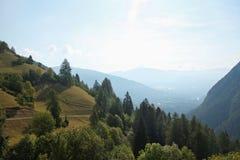 Härliga italienska berg i perspektiv Arkivbild