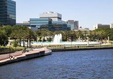 Härliga Jacksonville, Florida kamratskapspringbrunn och Riverwal Royaltyfri Bild