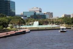 Härliga Jacksonville, Florida kamratskapspringbrunn och Riverwal Royaltyfri Fotografi