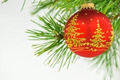 Härliga julbollar på en vit bakgrund Arkivfoton