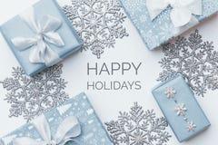 Härliga julgåvor och silversnöflingor som isoleras på vit bakgrund Blåa kulöra slågna in xmas-askar för pastell fotografering för bildbyråer