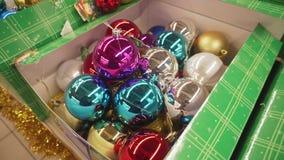 Härliga julgrangarneringbollar på jul marknadsför 4K lager videofilmer