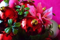 Härliga julobjekt i en ton av rött och rosa med gröna brytningar royaltyfria bilder
