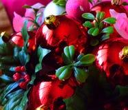 Härliga julobjekt i en ton av rött och rosa med gröna brytningar fotografering för bildbyråer