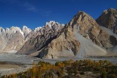 Härliga Karakorum berg med blå himmel, Pakistan Arkivbilder
