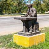 Härliga Kasakhstan Detaljsikt på monumentet av en ensam sittande schackspelare Personen som tänker om nästa spela moment royaltyfria bilder
