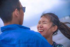 Härliga kinesiska asiatiska par med kvinnan kramar lycklig heyoung, och härliga kinesiska asiatiska par med kvinnan kramar hennes Fotografering för Bildbyråer