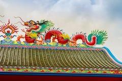 Härliga kinesiska drakar skulpterar på Anek Kusala Sala Viharn Sien den kinesiska templet i Pattaya, Thailand Det byggdes i 1987 Arkivfoto