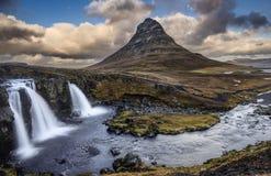 Härliga Kirkjufell och Kirkjufellsfoss vattenfall scenisk sikt, Island arkivbilder