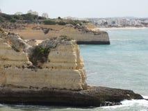 Härliga klippor av Algarve, i söderna av Portugal Arkivfoton