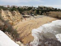 Härliga klippor av Algarve, i söderna av Portugal Arkivbilder