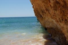 Härliga klippor av Algarve, i söderna av Portugal Slapp fokus Arkivfoto