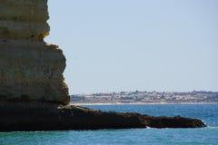 Härliga klippor av Algarve, i söderna av Portugal Slapp fokus Fotografering för Bildbyråer