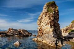 Härliga klippor på Kassiopi sätter på land i Korfu, Grekland Royaltyfri Bild