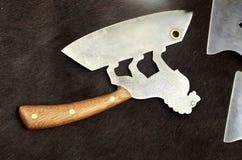 Härliga knivar och yxor på hud av en björn royaltyfria bilder