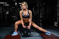 Härliga konditionkvinnadrev i idrottshallen Arkivbild