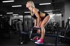 Härliga konditionkvinnadrev i idrottshallen Royaltyfri Foto