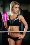 Härliga konditionkvinnadrev i idrottshallen Royaltyfri Fotografi