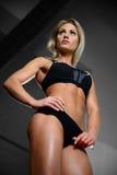 Härliga konditionkvinnadrev i idrottshallen Fotografering för Bildbyråer
