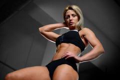 Härliga konditionkvinnadrev i idrottshallen Royaltyfria Foton