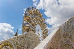 Härliga konster och arkitektur på grunden av fem sittande Buddhastatyer på Wat Pha Sorn KaewWat Phra Thart Pha Kaew Royaltyfri Foto