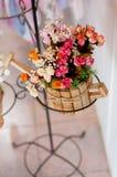 Härliga konstgjorda blommor Arkivfoto