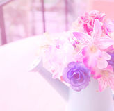 Härliga konstgjorda blommor med färgfilter Arkivbilder