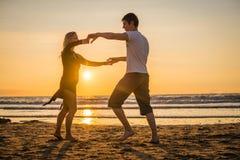 Härliga konturer av dansare på solnedgången arkivfoto