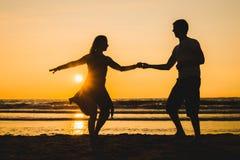 Härliga konturer av dansare på solnedgången fotografering för bildbyråer