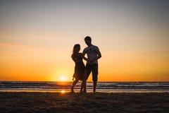 Härliga konturer av dansare på solnedgången royaltyfri bild