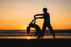Härliga konturer av dansare på solnedgången arkivfoton