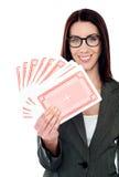 härliga kort som rymmer den leka kvinnan royaltyfria foton