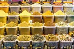 Härliga kryddabehållare på marknaden i Istanbul Royaltyfri Fotografi